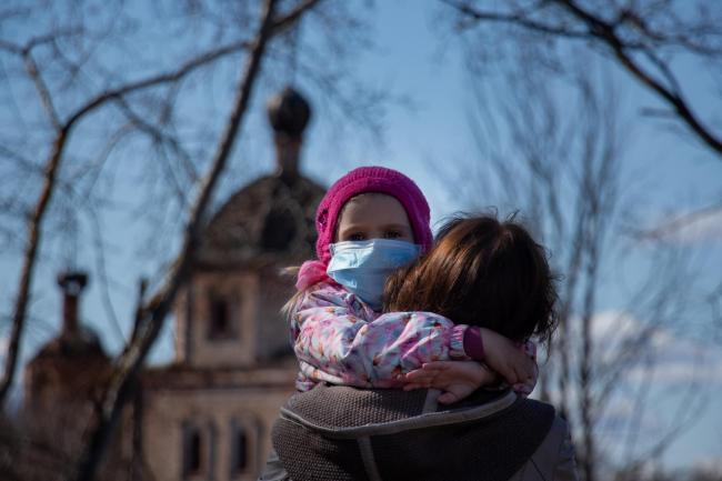 Infant and mother wear masks to help stop the spread of the coronavirus. Image via theknowledgeexchangeblog.com