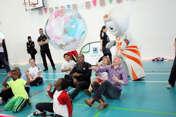 Jonathan Edwards visits Earlsfield school for World Sport Day
