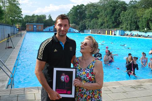 Wandsworth Guardian: WAND Ian Thorpe gives swimming lessons in Tooting Bec Lido